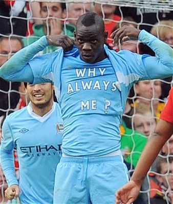 Mario Balotelli con la camiseta Why Always me? Durante un partido con el Manchester City Local