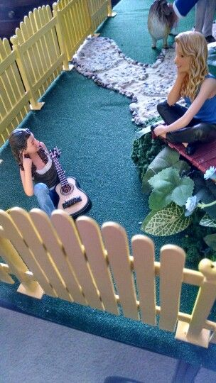 Dollhouse musicians in 1:12th scale.