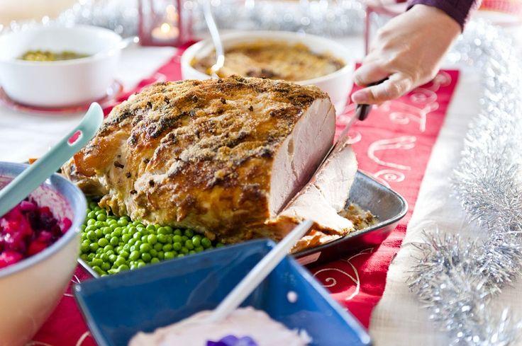Ihr wolltet schon immer mal wissen, was weltweit Weihnachten auf den Tisch kommt? Wir haben ein paar traditionelle Weihnachtsessen zusammengetragen. Zum  Beispiel Joulukinkku – ein finnischer Weihnachtsschinken. Hier gibt's noch mehr >>>