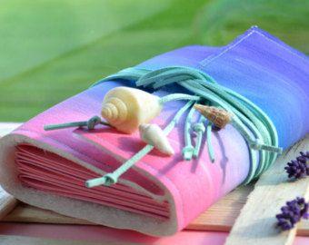 Para alguien que disfruta de escritura o dibujo allí no es ningún don más apreciado que un diario de viaje bien! Cada diario es uno de una clase. Es un excelente regalo para ti y para los amantes de sujeta papel en nuestra manos ♥ ♥ ♥  La compra de este listado es para una revista con las siguientes especificaciones:  Medidas de ⇨ ⇨ ⇨ diario: un perfecto tamaño para llevar con usted en todas partes y guardar todos tus secretos e historias 1) A6 = aprox. 5 x 7 (12 cm x 17 cm) 2) A7 = aprox…