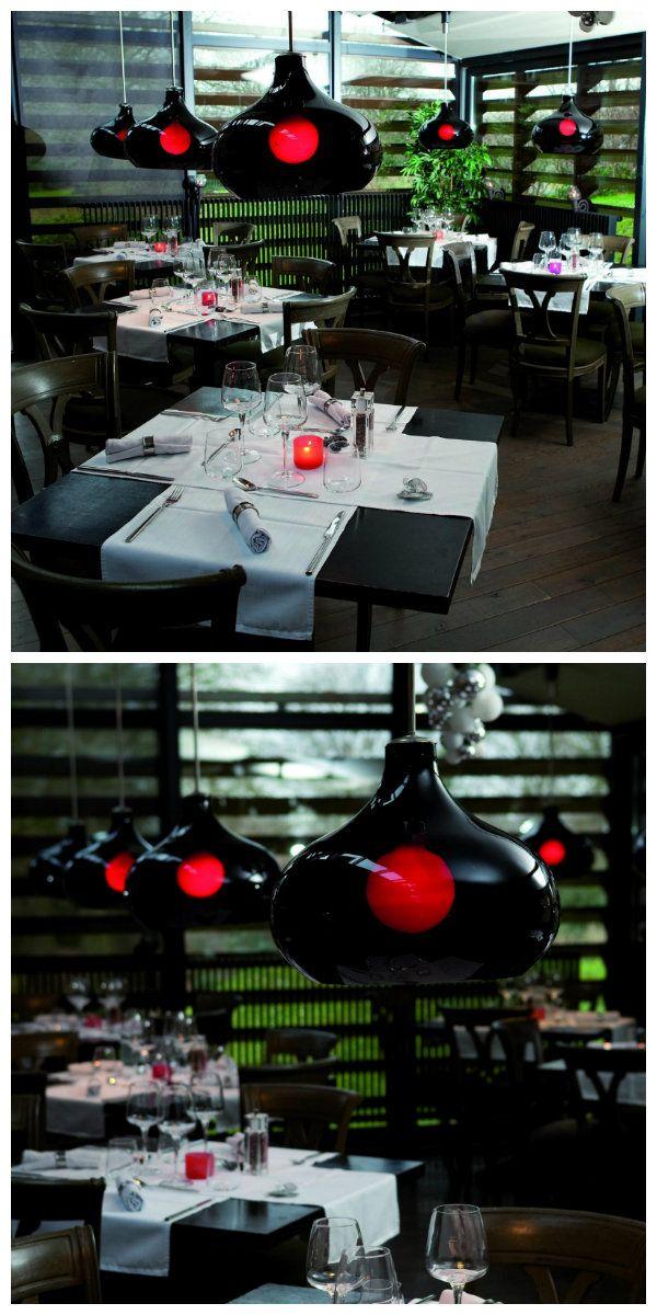 Люстра Remparts была разработана командой дизайнеров, специально для ресторана во Франции. Ее концепция заключалась в том, чтобы видению промышленного освещения дать новый образ. Благодаря использованию муранского стекла, черная люстра получила цвет темного аметиста, которое выглядит черным при выключенном свете, и прозрачной красной, когда свет включен. #лампа #люстра #светодиоды #свет #освещение #подсветка #ресторан #освещениересторана #светодиодноеосвещение #светодиоднаяподсветка