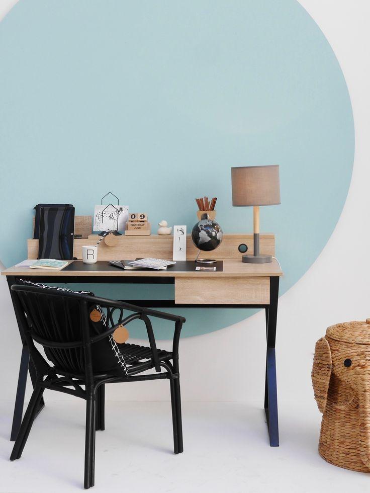 Coin bureau en noir et bois clair style scandinave vintage avec un grand touche de couleur avec ce pois géant de peinture bleu clair au murs