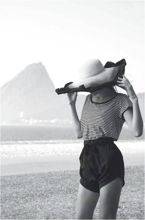 Classic beach outfit. Classy, clean lines and and a matching hat to boot. Take us to the beach!