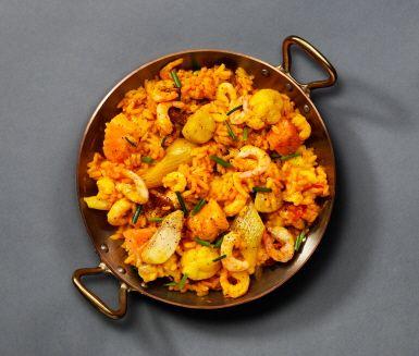 Recept: Vardagspaella med lax, fänkål, chorizo och räkor