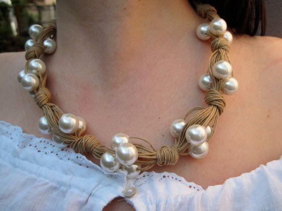 Guarda questo articolo nel mio negozio Etsy https://www.etsy.com/it/listing/74272841/collana-di-corda-con-perle-bianche