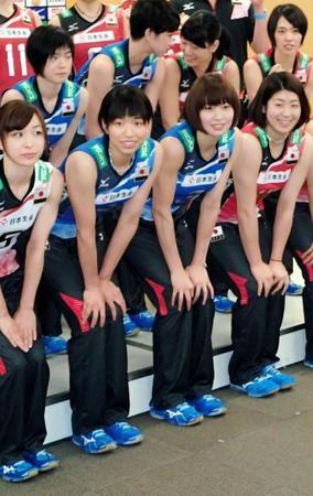 14日からの五輪世界最終予選に意気込むバレーボール全日本女子の木村(下段右から2人目)、古賀(同3人目)ら=味の素ナショナルトレーニングセンター