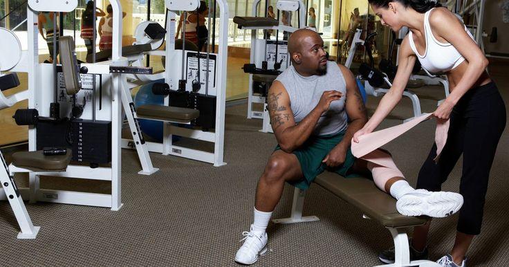 """Como lidar com uma ruptura leve do músculo solear. Os músculos da panturrilha consistem no gastrocnêmio, o grande músculo na porção dorsal inferior da perna, e o músculo solear, ou sóleo, um músculo menor inferior, diretamente sob o gastrocnêmio. Segundo o artigo """"Calf Strain"""" (Distensão da Panturrilha), no site americano Sportsinjuryclinic.com, que é um recurso de treinamento para os ..."""