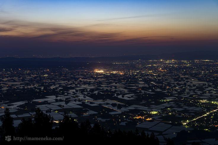 富山県南砺市八乙女山から砺波平野の散居村の夕景