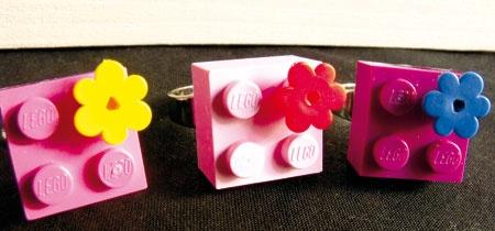 Anello fatto con Lego a fiore