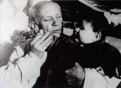 Пауло сочетался первым браком с Эмильенной Лотт. У пары родилось двое детей: названный в честь деда Пабло, которого все называли Паблито (1949), и Марина (1950). Брак был расторгнут, когда дети были совсем крошками. Второй женой Пауло стала Кристина Поплен, подарившая клану Пикассо еще одного отпрыска — Бернара (1959). На фото выше: Пабло Пикассо с годовалой Мариной на руках, 1951