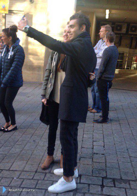 Nathan com fã (@mashtonslourry) durante sua turnê em rádios na Inglaterra. (2 nov.)