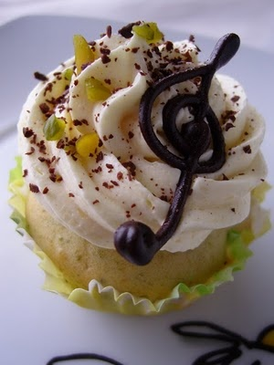 Ninas kleiner Food-Blog Martzipan Cupcakes! These look tasty! ( The blog is in German-a fun read for me too!)