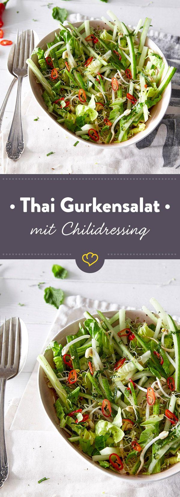 Mal was anderes als die übliche Dill-Leier. Diese exotische Gurkensalat-Variante mit Reisessig, Sprossen und Chili hast du schnell zubereitet.