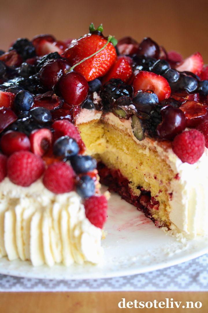 Hei! Håper helgen har vært bra! Nå er det på alvor nedtelling til sommerferie for mange av oss - og jeg GLEDER MEG! Så la oss feire sommeren med en skikkelig nydelig bløtkake! Bløtkake er noe vi alle er glade i. Denne bløtkaken er fylt med vaniljekrem, pisket krem og massevis av bær! Jeg har brukt skogsbærblanding som fyll i kaken, som fås kjøpt frossen i de fleste matvarebutikkene. Det er viktig at skogsbærene tines før de legges på kaken, så du unngår at kakebunnen blir for bløt. På…