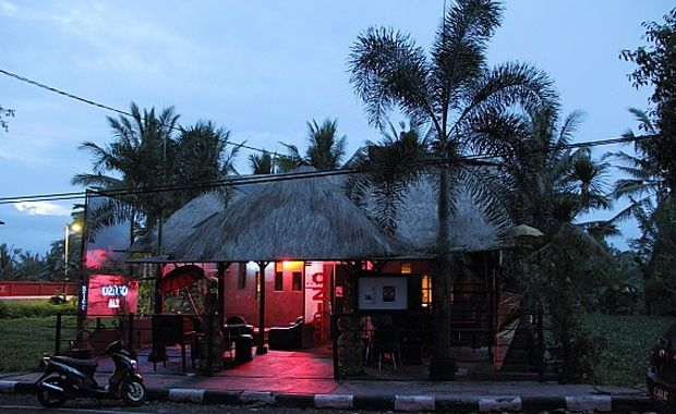 Ozigo Bar Ubud Featuring local live bands (which manage to sing every one of the latest Pop, Dance, R&B and Hip-Hop songs), Ozigo's vibrant and energetic atmosphere will keep you on the dancefloor all night long!