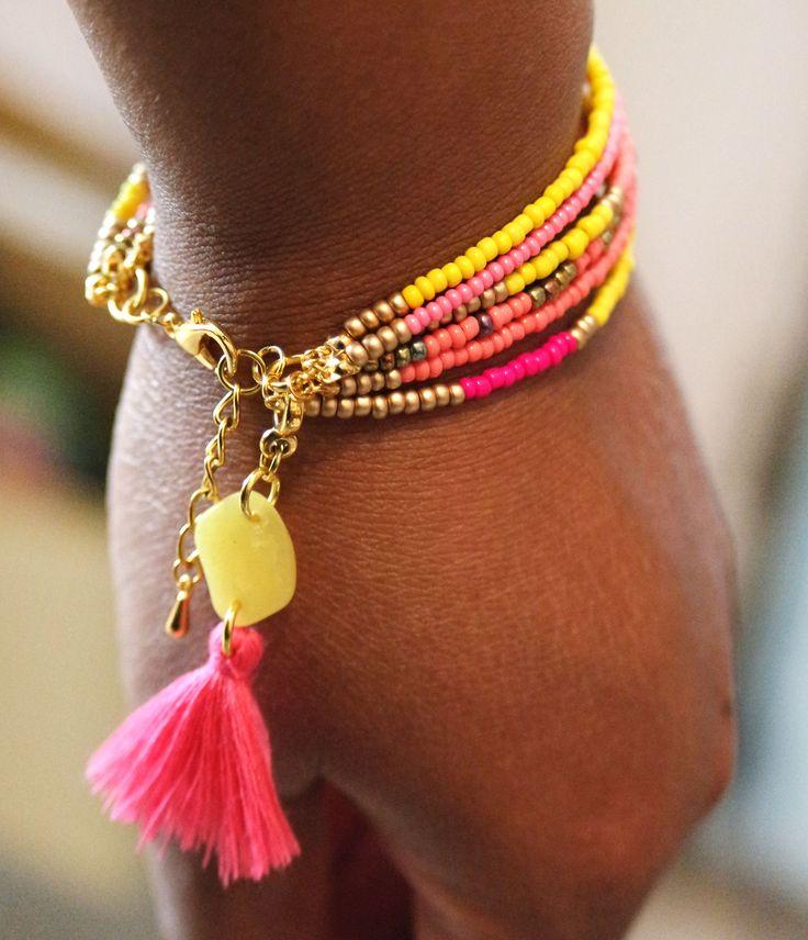 Bracelet Boho pompon rose, perle en fimo jaune, perles de rocaille. Bijoux fait main http://www.elyfly.fr/