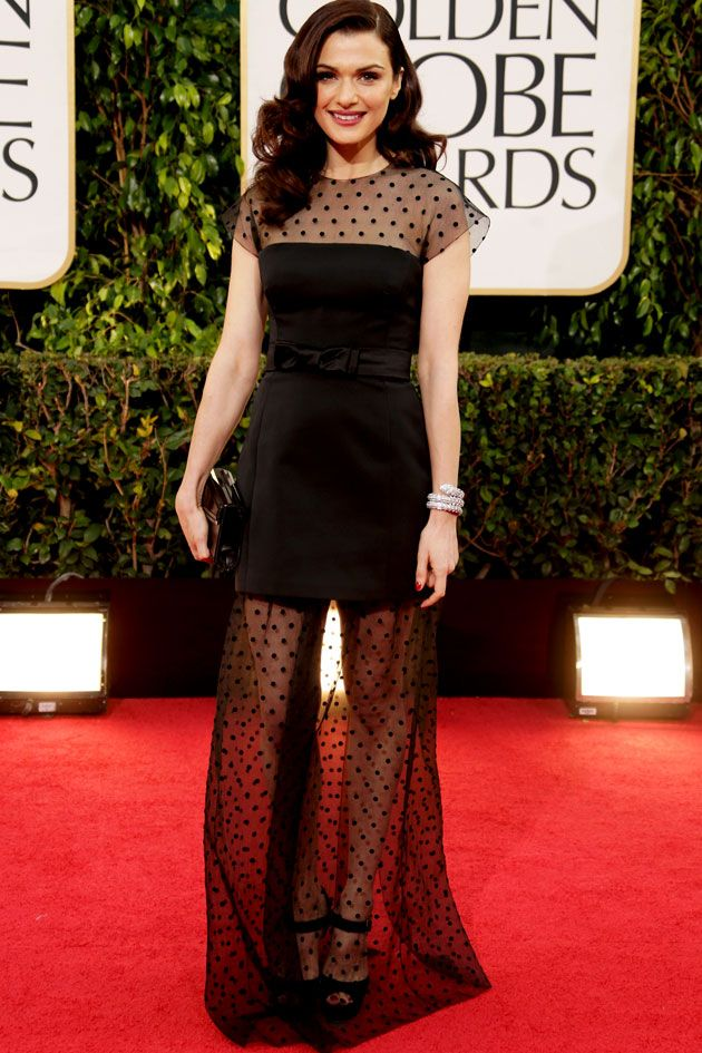 Rachel Weisz apostou na transparência no pretinho com poás da Louis Vuitton. Detalhe pra pulseira de serpente que é incrível e coube no look