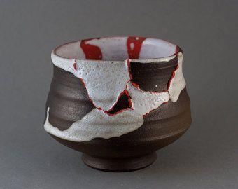 Zeer speciale Chawan, thee kom voor Japanse thee-ceremonie. Rode slip. Zijde wit craquelé glazuur. Gemaakt door Oekraïense keramiekkunstenaar esthetische wijze wabi-sabi. Wiel gegooid, glazen en houten afgevuurd op aardewerk Park studio oven in 2016.  11,5 cm breed hoogte 7,5 cm volume ongeveer 0.5l  Aarzel niet om te vragen mij vragen over item en contact met mij om te zien meer sluit omhoog pics van alle details die u wilt. Dank u voor uw interesse!  Paul Fryman