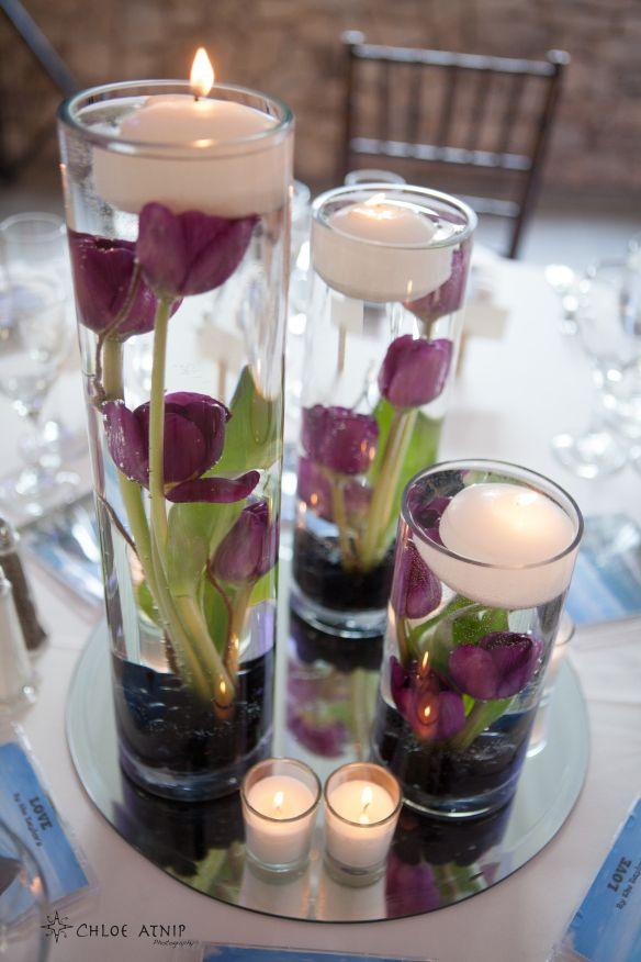 Bello... Floreros con tulipanes sumergidos y velas flotantes