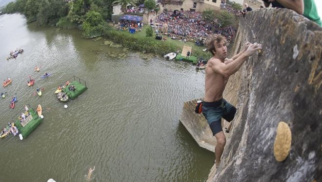 Chris Sharma, encadena la vía en la competición de psicobloc en Puente La Reina (Red Bull Creepers), que ganó. Julio 2014.