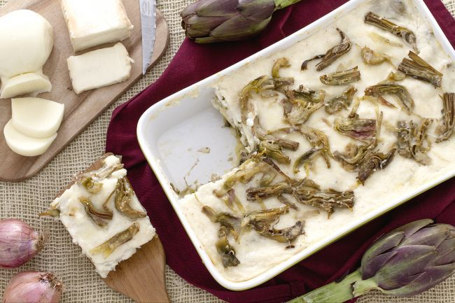 Le lasagne ai carciofi sono una pietanza ricca e appetitosa: un'alternativa vegetariana delle lasagne, insaporita dai formaggi.