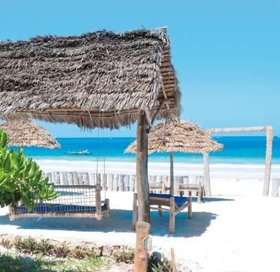 Zanzibar  PWANI  La spiaggia è attrezzata con lettini in stile zanzibarino e ombrelloni a uso gratuito a esaurimento.