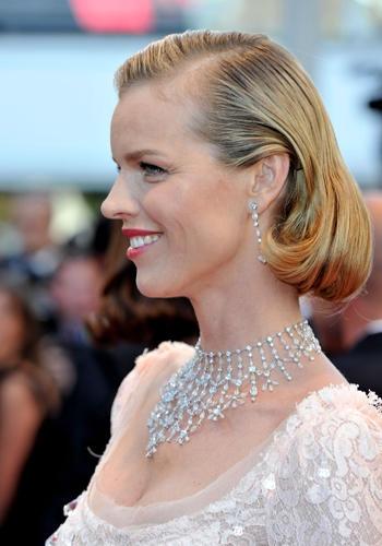 Cannes 2012. Media lunghezza per Eva Herzigova, con punte arrotondate e riga di lato alla Grace Kelly.