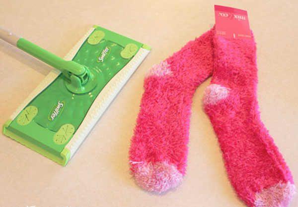 Balai swiffer avec paire de chaussettes