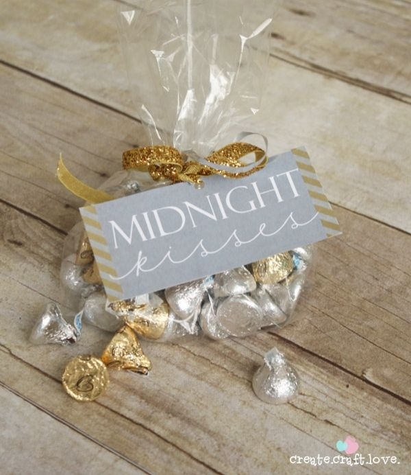 Midnight kisses for New Year's Eve! This would make a great party favor or gift for  a loved one.  You can re-create this looking using Avery Printable Tags or Business Cards with free holiday printables at www.avery.com/holiday