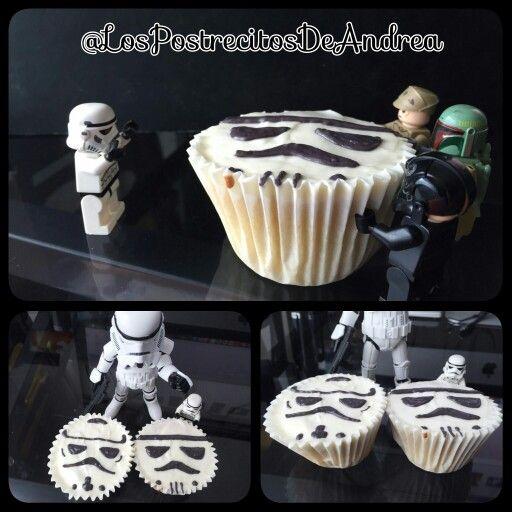 #Stormtrooper esta muy contento con sus #Cupcakes de regalo.. Tanto que hasta a su hermano mayor le comparte uno...No te quedes sin probar nuestros postres.. Pedidos en el DF Mexicano escríbenos en nuestras redes sociales #Reposteria #Postres #Dulces #Desserts #Cupcakes #Tortas #Pedidos #LosPostrecitosDeAndrea #StarWars #TheDarkSide #MayTheForceBeWithYou