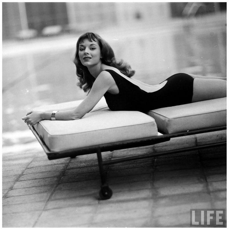 В 1950-х годах общественность будоражила Викки Дуган. Эта модель имела обыкновение носить платья с чрезвычайно открытой спиной. Кстати, именно она стала прототипом мультипликационной секс-бомбы Джессики Рэббит.