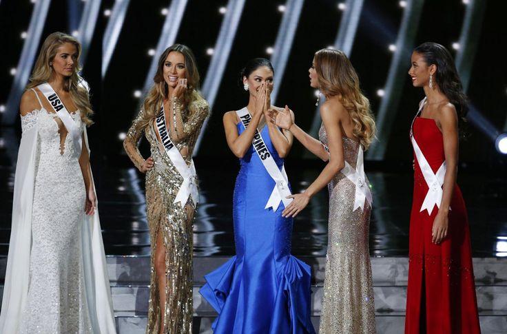 Las cinco semifinalistas de Miss Universo, incluyendo a Miss Filipinas Pia Alonzo Wurtzbach, centro, en el escenario de Miss Universo el domingo 20 de diciembre de 2015 en Las Vegas. (Foto AP/John Locher)
