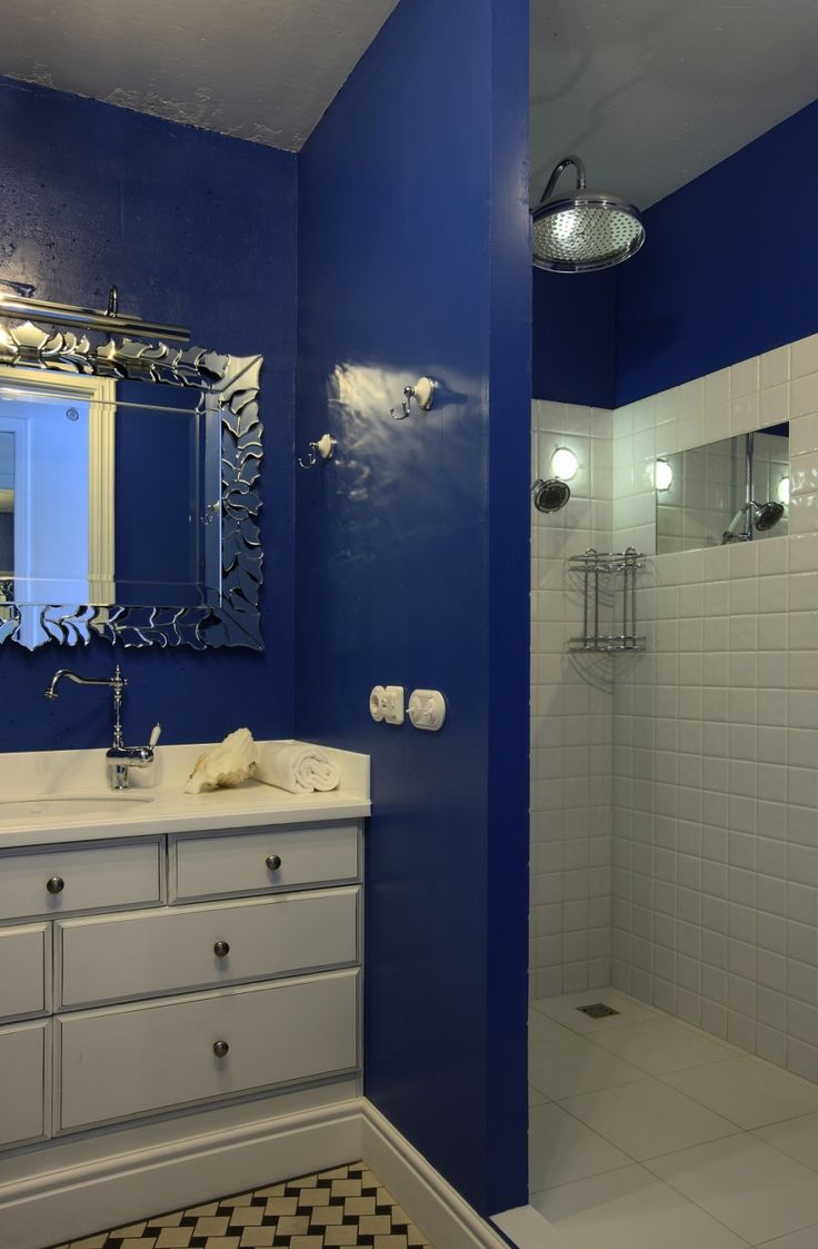 Окрашенные синей краской стены ванной комнаты квартиры в России