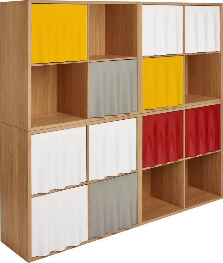 Banon modulsystem i eik og metall. Selges kubevis med separate dører. Dørene fåes i hvitt, grått og rødt. Dimensjoner: L75 x D35 x H75. Kr. 1585,- Ett sett dører: 400,-