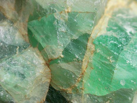 LA CHRYSOPRASE. La pierre qui prend soin de vos yeux. Variété de calcédoine verte, la chrysoprase se décline du vert foncé au vert «Granny Smith» avec des inclusions métalliques. C'est cet éclat particulier qui lui a donné son nom qu'on pourrait traduire littéralement par «poireau d'or». En grec, chrysos signifie en effet «or» et prason «poireau» | Rebelle-Santé