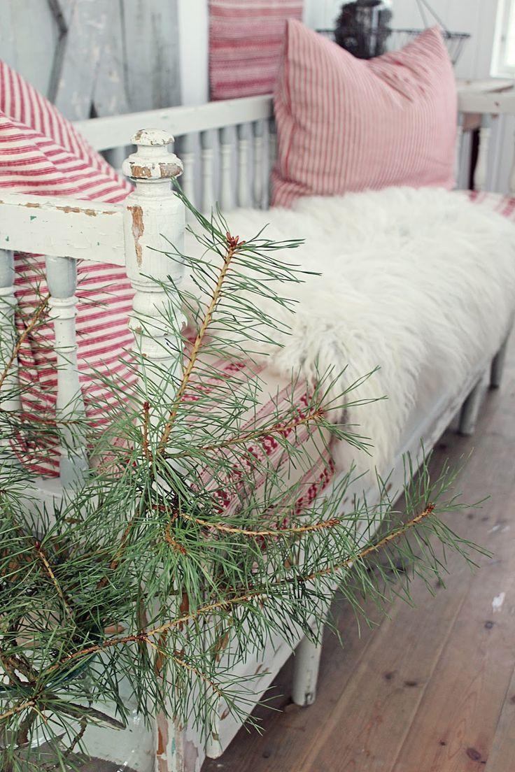 Ååååå som man har gledet seg til dette...nemlig åkle den gamle kjøkkensofaen i juledrakt ! Ja jeg klarte rett og slett ikke å vente leng...