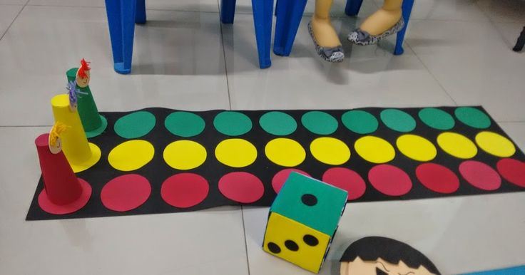 Este jogo de tabuleiro tamanho grande, eu fiz inspirada no vídeo do Canal EBI:https://www.youtube.com/watch?v=GcjxKB4t4Xc.  O dado eu já ti...