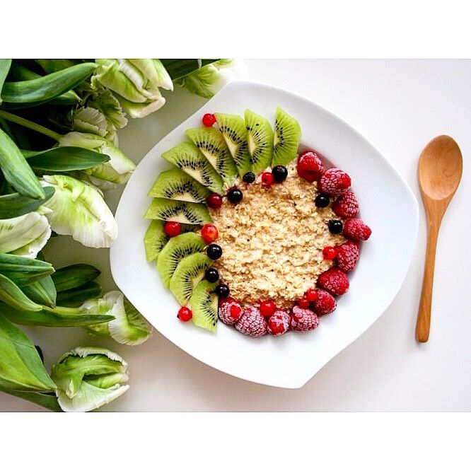 Niedzielne śniadanie: owsianka z owocami i sokiem pomarańczowym 🍊Pysznie i zdrowo 😋 ---> Zapraszam na moją stronę na fb https://m.facebook.com/eatdrinklooklove/ ❤ . .  Sunday breakfast: oatmeal with fruit and orange juice 🍊 Delicious and healthy 😋 ---> I invite you to my page on fb https://m.facebook.com/eatdrinklooklove/ ❤