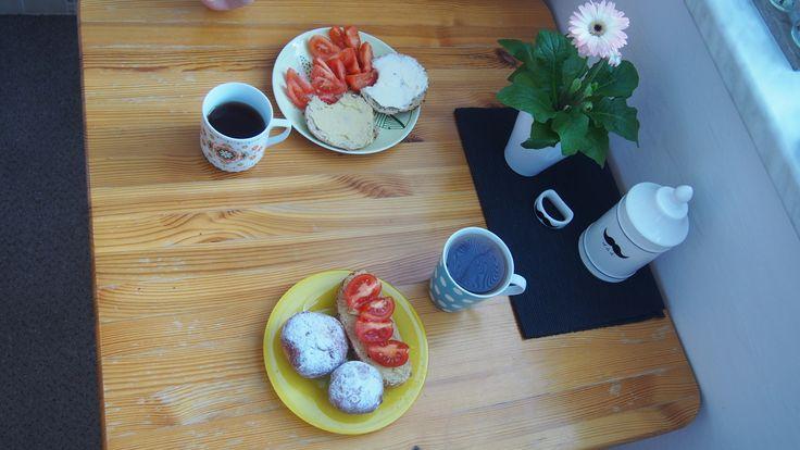 koblihy, chleba, rajčata
