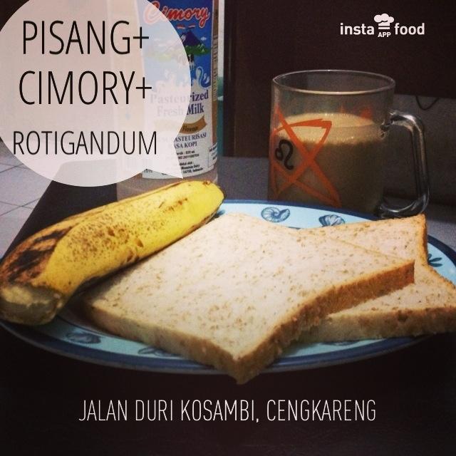 Healthy breakfast; roti gandum, pisang & susu cimory