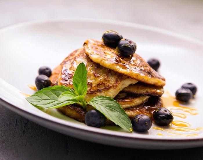 Drop amerikanske pandekager, og lav sunde havregrødspandekager til brunch i stedet. Luftige og lækre med sirup og friske bær.