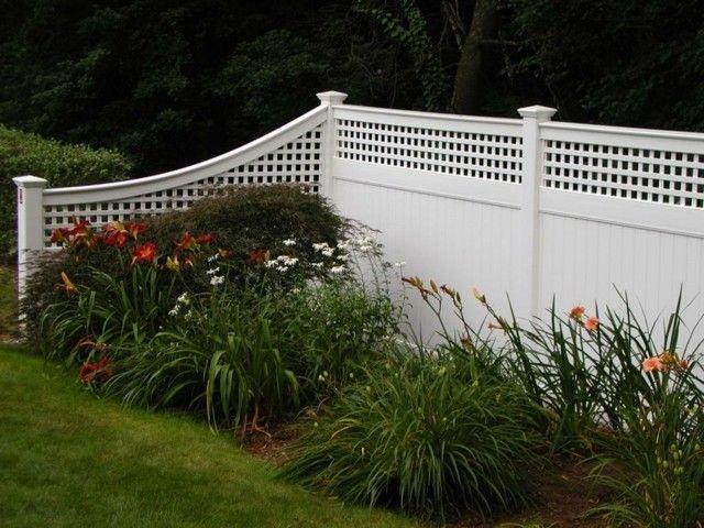 clôture en PVC solide avec partie supérieure en treillis                                                                                                                                                      Plus