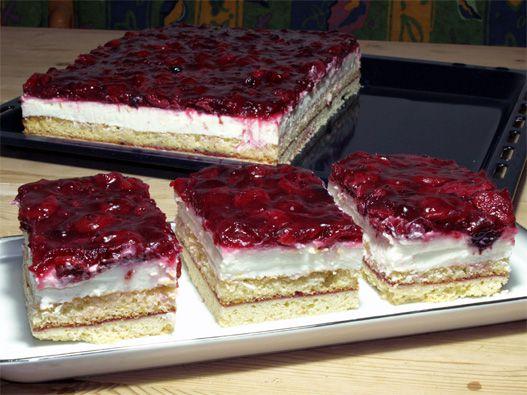 Kuchen mit windbeutel und roter grutze