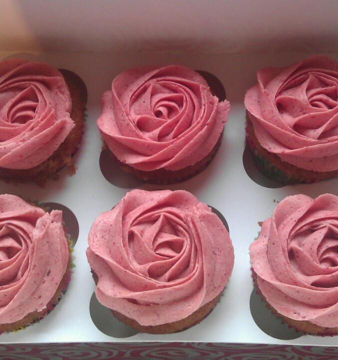Aardbeiencupcakes met aardbeiroos, volgens Rudolph van Veen en een beetje van mezelf!