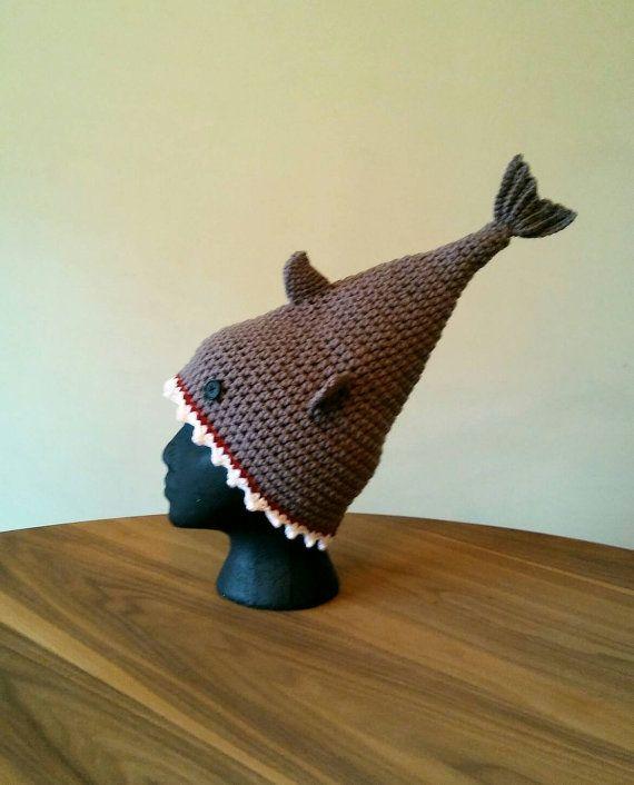Cette liste est prête à expédier.  TAILLE : ADOS/ADULTES  Vous avez trouvé votre prochaine chapeau préféré! Vous êtes sûr d'obtenir beaucoup d'attention alors que vous portez ce chapeau de requin.  Chapeau de requin en gris avec des boutons pour les yeux, rouges sang gencives et des dents blanches brillantes crocheté à la main.  DIMENSIONNEMENT DE CHAPEAU Taille de chapeau de taille de tête  13- 14 nouveau-né 0-3 mois 14- 17 3-6 mois 16 « - 19 » 6-12 mois 18 « à 20 12 mo - 3YR bambin 19-20…