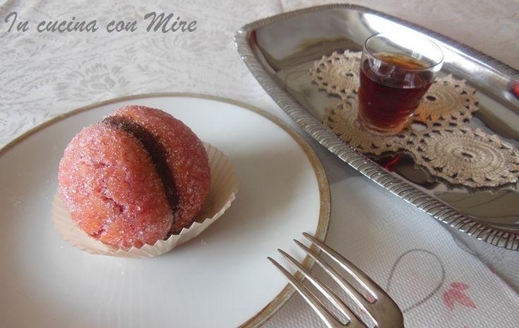 Le pesche dolci ripiene di crema nocciola, sono dei dolcini deliziosi,non solo sono belle ma molto buone in grado di appagare sia il gusto sia la vista.