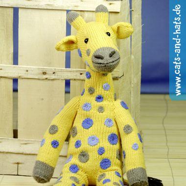 Amani, die sanftmütige Giraffe, mit modischen blauen Punkten. Die Strickanleitung gibt's hier: www.cats-and-hats.de/index.php/anleitungen