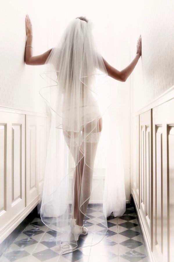 #tipvandeweek Als je durft kan een boudoir foto bij het aankleden fantastisch zijn! #bruid #trouwen #boudoirfoto fotocredits www.wimwilmers.nl