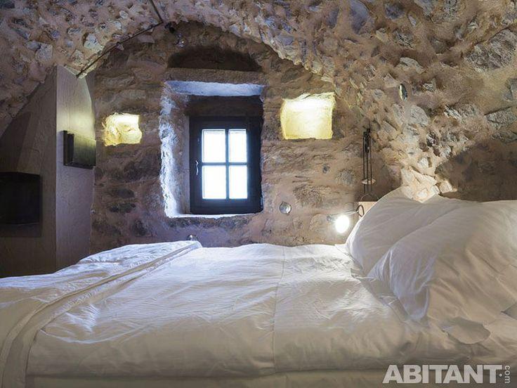 Современный интерьер здания в романском стиле