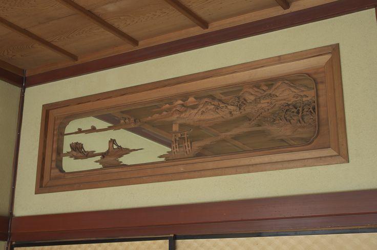 昭和初期 横山白汀による彫刻欄間。日本三景が彫られた3枚内おひとつ。欄間は寺社建築から発展してきましたが、江戸時代頃から商家などの家屋にも取り入れら、伝統的な日本家屋の品格をもたらす設えとして受け継がれています。